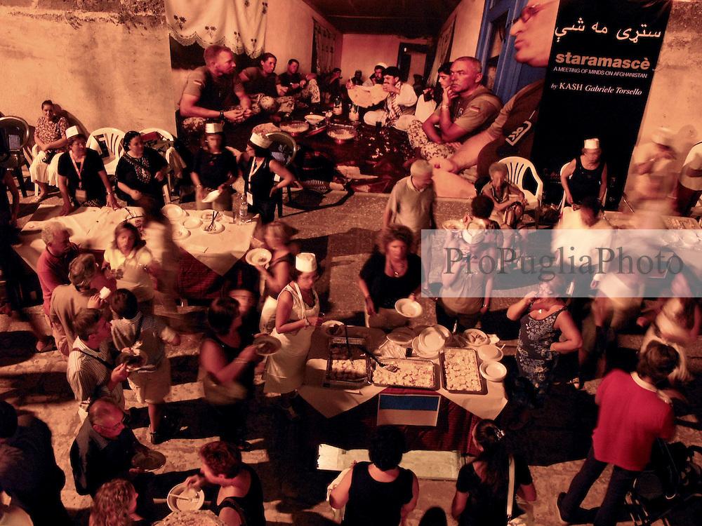 CORIGLIANO D'OTRANTO 30-31 Agosto 2007..STARAMASCE?, ATTIMI DI VITA TRA L?AFGHANISTAN E IL SALENTO:.TRENTA FOTOGRAFIE PER TRENTA PIAZZE AL FESTIVAL NEGROAMARO 2007...Trenta gigantografie, attimi di Vita in Kabul, Badakhshan, Khost e Kandahar e trenta Piazze Salentine.  .E? questo il progetto di STARAMASCE?, nato dalla collaborazione dell?Istituto di Culture Mediterranee della Provincia di Lecce con il fotoreporter Kash Gabriele Torsello in programma da giugno a settembre 2007  in occasione della settima edizione del Festival Culturale Negroamaro 2007...Sguardi, gesti ed emozioni per scatti che vogliono raccontare una realtà a noi lontana eppure insospettabilmente vicina al nostro mondo e alla nostra quotidianità..L?avvicinamento alla terra Afghana avverrà attraverso immagini di persone tormentate da lunghe guerre ma intenzionate a riemergere e a ricostruire una vita di armonia, in pace con culture diverse. .L?Afghanistan non è un paese in guerra, ma una terra utilizzata e scelta ? ancora una volta ? da una guerra alimentata da imposizioni e mancanza di dialogo, la dimostrazione che il pregiudizio e le dittature nell?informazione sono all?origine dell?evoluzione di ogni conflitto..STARAMASCE? è un modo di dire Afghano usato quando ci si incontra: solo la comunicazione, libera e plurilaterale, può indicare un punto di incontro e di apertura tra le diversità culturali e geografiche..La presentazione ufficiale di STARAMASCE? si terra? il 12 giugno 2007 nel cuore di Londra presso il Foreign Press Association www.foreign-press.org.uk e successivamente a Palazzo Celestini, sede della Provincia di Lecce, il 30 giugno...La mostra sara' disponibile in tre formati:.Trenta gigantografie 6x3metri utilizzate in trenta Comuni del Salento;.Trenta gigantografie formato 2,20x1,50 metri utilizzate per una mostra itinerante legata a presentazioni e dibattiti;.Trenta foto formato classiche da esporre in gallerie.....