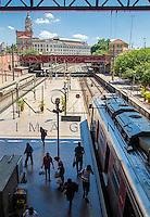 Embarque e desembarque de pessoas na Estação da Luz - estação ferroviária multimodal - metro-ferroviária, São Paulo -  SP, 04/2014.