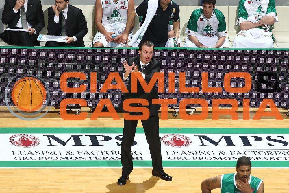 DESCRIZIONE : Siena Lega A 2009-10 Playoff Quarti di Finale Gara 1 Montepaschi Siena Benetton Treviso<br /> GIOCATORE : Simone Pianigiani<br /> SQUADRA : Montepaschi Siena<br /> EVENTO : Campionato Lega A 2009-2010 <br /> GARA : Montepaschi Siena Benetton Treviso<br /> DATA : 20/05/2010<br /> CATEGORIA : Delusione<br /> SPORT : Pallacanestro <br /> AUTORE : Agenzia Ciamillo-Castoria/GiulioCiamillo<br /> Galleria : Lega Basket A 2009-2010 <br /> Fotonotizia : Siena Lega A 2009-10 Playoff Quarti di Finale Gara 1 Montepaschi Siena Benetton Treviso<br /> Predefinita :