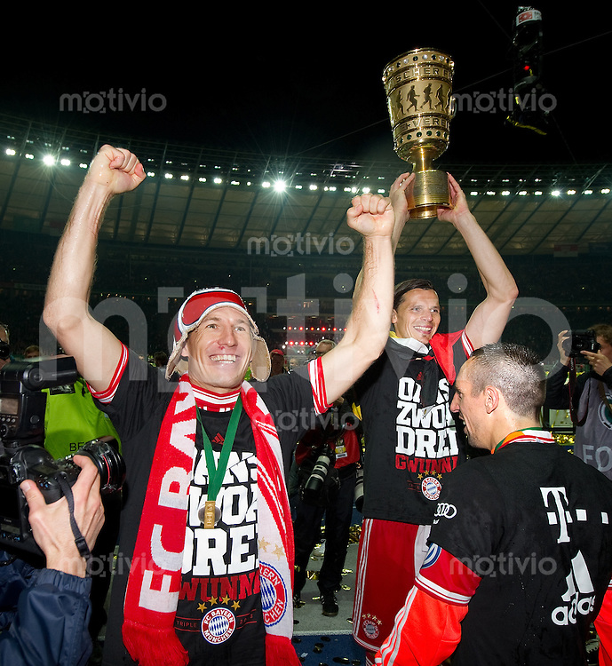 FUSSBALL       DFB POKAL FINALE        SAISON 2012/2013 FC Bayern Muenchen - VfB Stuttgart    01.06.2013 Bayern Muenchen ist Pokalsieger 2013: Arjen Robben, Daniel van Buyten und Franck Ribery (v.l.)