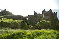 BUSHMILLS - Dunluce Castle bij de  Giant's Causeway. COPYRIGHT KOEN SUYK
