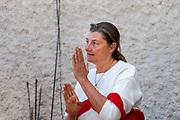 Les Chevaux de la Joie chez Valérie Leguidard à La Muraz derrière le Salève à une vingtaine de minutes de Genève. La thérapeute Arlette Agassis donne son cours d'equitherapie à une enseignante. © Olivier Vogelsang