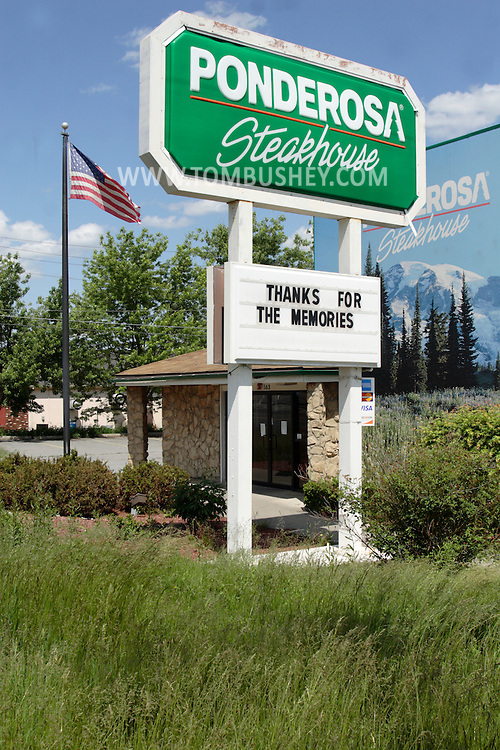 "Middletown, NY - The message under the closed Ponderosa Steakhouse says ""Thanks for the memories"" on May 30, 2009."