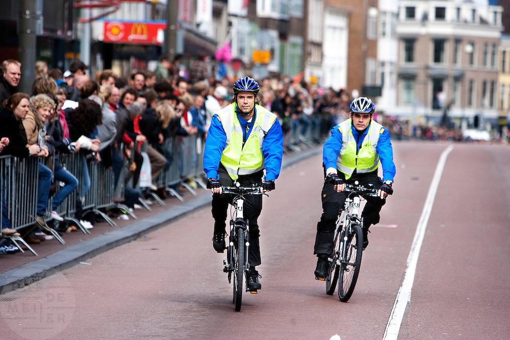 Agenten op de fiets verkennen het parcours van de Giro d'Italia door de binnenstad van Utrecht