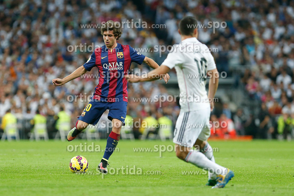 25.10.2014, Estadio Santiago Bernabeu, Madrid, ESP, Primera Division, Real Madrid vs FC Barcelona, 9. Runde, im Bild Real Madrid&acute;s James (R) and Barcelona&acute;s Sergi Roberto // during the Spanish Primera Division 9th round match between Real Madrid CF and FC Barcelona at the Estadio Santiago Bernabeu in Madrid, Spain on 2014/10/25. EXPA Pictures &copy; 2014, PhotoCredit: EXPA/ Alterphotos/ Victor Blanco<br /> <br /> *****ATTENTION - OUT of ESP, SUI*****