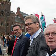 Amsterdam, 21-09-2013.  Vanuit 16 steden in het land kwamen bussen naar Amsterdam met betogers die meededen aan de demonstratie tegen de geplande bezuinigingen van het kabinet. De organisatie Comité Stop Bezuinigingen schatte de opkomst op ongeveer 5000 mensen. De manifestatie begon op het Beursplein. Vandaar trokken de demonstranten naar het beeld van de Dokwerker op het Jonas Daniël Meijerplein. Daar werd gesproken door onder andere SP-leider Emile Roemer en Henk Krol (50Plus). Meer dan 50 maatschappelijke organisaties hebben hun steun toegezegd aan de protestactie. Onder meer de Amsterdamse afdelingen van FNV Bondgenoten, Abvakabo FNV en SP en GroenLinks namen het initiatief tot de demonstratie. Zij menen dat de bevolking ,,het niet langer pikt'' dat de regering weer miljarden wil bezuinigen op onder meer zorg en kinderopvang. Volgens het comité worden de kosten van de crisis afgewenteld op kwetsbare groepen in de samenleving en worden ,,bonussen, belastingontwijking en de topinkomens nauwelijks aangepakt''. Foto: Emile Roemer; Henk Krol en Jan Nagel.