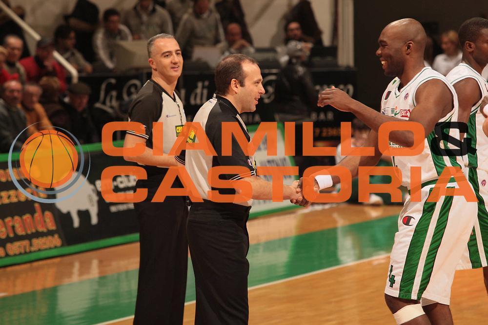 DESCRIZIONE : Siena Lega A1 2008-09 Montepaschi Siena La Fortezza Virtus Bologna <br /> GIOCATORE : Arbitro Capurro Henry Domercant<br /> SQUADRA : Montepaschi Siena<br /> EVENTO : Campionato Lega A1 2008-2009 <br /> GARA : Montepaschi Siena La Fortezza Virtus Bologna <br /> DATA : 04/01/2009 <br /> CATEGORIA : <br /> SPORT : Pallacanestro <br /> AUTORE : Agenzia Ciamillo-Castoria/M.Marchi