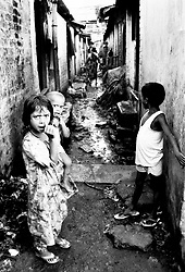 BANGLADESH DHAKA MAR94 - Children belonging to the Bihari ethnic minority stand in a slum alleyway. To date, more than 400,000 Biharis still live below the poverty line in maginalised slum dwellings and do not stand a chance of integration due to their past alliance with Pakistan...jre/Photo by Jiri Rezac..© Jiri Rezac 1994