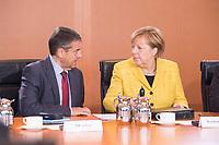 27 SEP 2017, BERLIN/GERMANY:<br /> Sigmar Gabriel (L), SPD, Bundesaussenminister, und Angela Merkel (R), CDU, Bundeskanzlerin, im Gespraech, vor Beginn der Kabinettsitzung, Bundeskanzleramt<br /> IMAGE: 20170927-01-026<br /> KEYWORDS: Kabinett, Sitzung, Gespräch