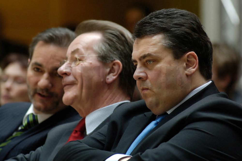 06 MAR 2006, BERLIN/GERMANY:<br /> Matthias Platzeck, SPD Parteivorsitzender, Franz Muentefering, SPD, Bundesarbeitsminister, Sigmar Gabriel, SPD, Bundesumweltminister, (v.L.n.R.), waehrend der SPD Konferenz zum Thema &quot;Neue Energie&quot;, Willy-Brandt-Haus<br /> IMAGE: 20060306-02-020<br /> KEYWORDS: Franz M&uuml;ntefering