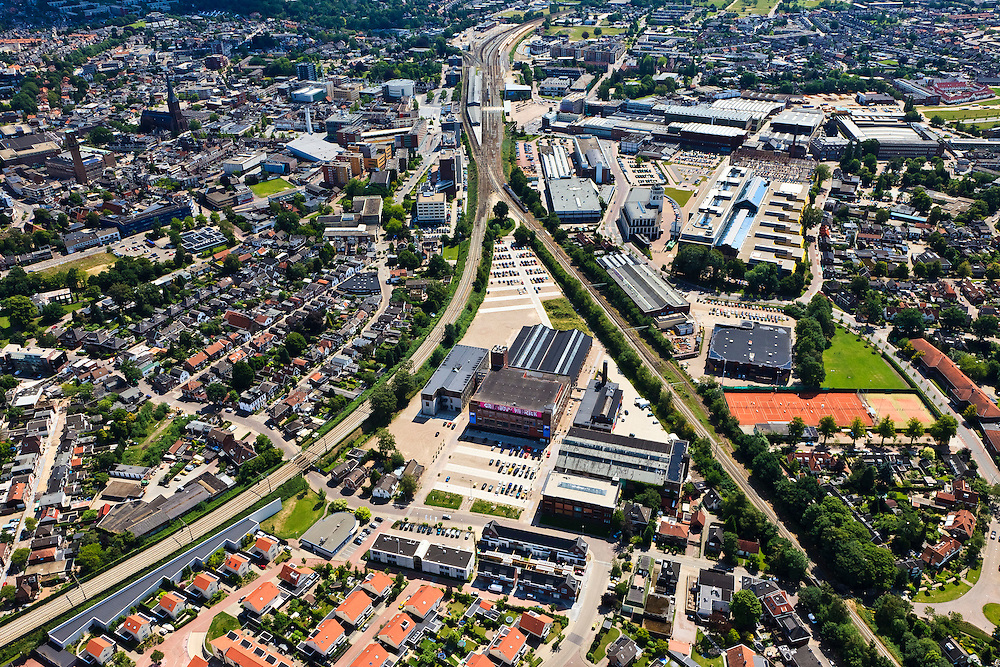Nederland, Overijssel, Hengelo, 30-06-2011; sporen driehoek met links de spoorlijn naar Almelo, rechts naar Zutphen. In de driehoek de Creatieve Fabriek (voorheen Holec Hazemeyer). Rechtsboven Lansinkveld met fabriekshal van voormalige gieterij van Stork, nu ROC Twente. Het gebouw meet de toren is de Brandweerkazerne..Railway triangle with the railroad to Almelo (l) and to Zutphen ®. In the triangle the Creative Factory (formerly Holec Hazemeyer). Top right Lansinkveld with former foundry Stork, now ROC Twente (technical and vocational training). The building with the tower is the new fire station..luchtfoto (toeslag), aerial photo (additional fee required).copyright foto/photo Siebe Swart