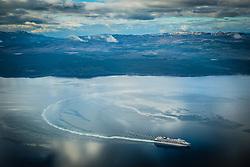 Navio de cruzeiro visto próximo a Ushuaia, conhecida como Fim do Mundo, com Cordilheira dos Andes ao fundo. FOTO: Jefferson Bernardes/ Agência Preview