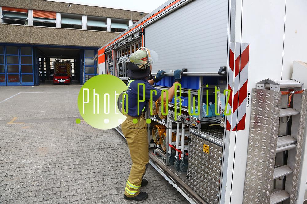 Mannheim. 26.08.17 | &Uuml;bung am AB MANV.<br /> K&auml;fertal. Feuerwache Nord. &Uuml;bung von Feuerwehr und ASB am Abrollbeh&auml;lter Massenanfall von Verletzten (AB-MANV).<br /> Die durch die Firma GIMAEX-Schmitz in Luckenwalde ausgebauten AB-MANV verf&uuml;gen &uuml;ber eine umfangreiche technische und medizinische Beladung, die den Aufbau und den Betrieb eines Behandlungsplatzes f&uuml;r insgesamt bis zu f&uuml;nfzig Patienten erm&ouml;glicht.<br /> Als &Uuml;bungsszenario wird eine explosion in einem Kaufhaus dargestellt.<br /> <br /> <br /> <br /> BILD- ID 2300 |<br /> Bild: Markus Prosswitz 26AUG17 / masterpress (Bild ist honorarpflichtig - No Model Release!)