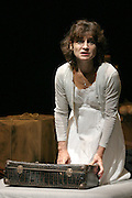 hannah k de renaud meyer.avec marianne epin .costumes pascale bordet.theatre des amants avignon festival off 2006.photos : Arnold Jerocki