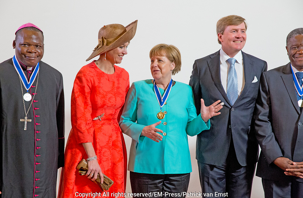 uUitreiking van de Four Freedoms Awards 2016 aan de Duitse bondskanselier Angela Merkel in de Nieuwe Kerk in Middelburg. De Four Freedom Awards is een prijs voor  de inzet van de vrijheid van meningsuiting, de vrijheid van godsdienst, de vrijwaring van gebrek en de vrijwaring van vrees.<br /> <br /> Presentation of the Four Freedoms Awards in 2016 to German Chancellor Angela Merkel in the Nieuwe Kerk in Middelburg. The Four Freedom Awards is a price for the use of freedom of expression, freedom of religion, freedom from want and freedom from fear.<br /> <br /> Op de foto / On the photo:  Prinses Beatrix, koning Willem-Alexander, koningin Maxima en Duitse bondskanselier Angela Merkel<br /> <br /> Princess Beatrix, King Willem-Alexander, Queen Maxima and German Chancellor Angela Merkel