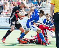 UTRECHT -  Jasper Luijkx (Kampong) met Justin Reid-Ross (A'dam)  en keeper Jan de Wijkerslooth (r)  tijdens   de finale van de play-offs om de landtitel tussen de heren van Kampong en Amsterdam (3-1). Kampong kampong kampioen van Nederland. COPYRIGHT  KOEN SUYK