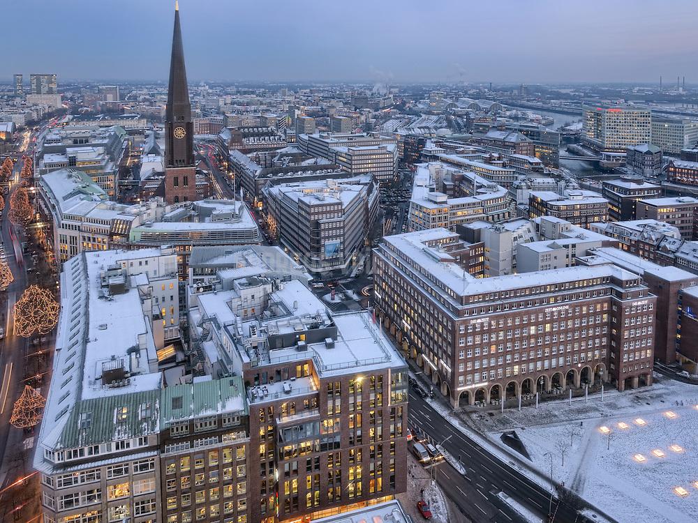 Verschneites Hamburg von Oben mit Blick Richtung Hauptkirche St. Jacobi