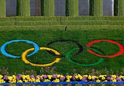 17-10-2007 ALGEMEEN: VOORBEREIDINGEN OLYMPISCHE SPELEN BEIJING 2008: CHINA<br /> De Olympische sportsymbolen in bloemencorso op het Tiananmen - Plein van de Hemelse Vrede - Olympische Ringen<br /> ©2007-WWW.FOTOHOOGENDOORN.NL
