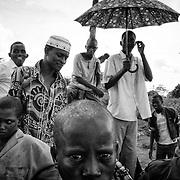 Des réfugiés centrafricains se réunissent pour assister à un match de football opposant leur équipe à celle d'autochtones camerounais voisins, le 20 octobre 2014, dans le camp de réfugiés de Timangolo, à l'est du Cameroun. Les dizaines de milliers de réfugiés centrafricains arrivés depuis décembre 2013 au Cameroun ont considérablement modifié la vie des populations hôtes. Les ressources en bois de cuisson s'amenuisent, la drogue et la prostitution font leur apparition dans les villages entraînant des conflits entre les communautés. Parallèlement, l'économie locale profite de ces nombreuses arrivées; les commerces se sont développés et diversifiés dans les villages avoisinants, les échanges ont augmenté.