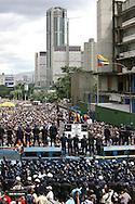 Estudiantes venezolanos manifiestan frente a miembros de la Policía Metropolitana durante una marcha realizada en Caracas hoy, 1 de noviembre de 2007, en rechazo al proyecto de reforma constitucional impulsado por el presidente venezolano, Hugo Chávez para diciembre próximo. Las diferentes marchas llegaron hasta la sede del Poder Electoral. (ivan gonzalez)..