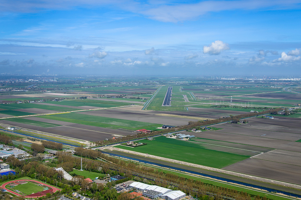 Nederland, Noord-Holland, Hoofddorp, 09-04-2014; zicht op de Polderbaan met in de voorgrond de randweg Weg om de Noord en Arnolduspark.<br /> Runway from Schiphol Airport, Polder runway.<br /> luchtfoto (toeslag op standard tarieven);<br /> aerial photo (additional fee required);<br /> copyright foto/photo Siebe Swart