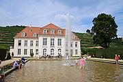 Schloss Wackerbarth, Menschen im Teich, Radebeul, Sachsen, Deutschland.|.Wackerbarth Castle, Radebeul, Saxony, Germany.