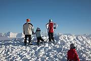 Winter auf dem Moléson; Silhouetten und sonnige Berggipfel der Freiburger Voralpen. Skieurs dans la neige au sommet du Moléson, 2002 m. Vu sur les préalpes fribourgeoises ensoleillées.