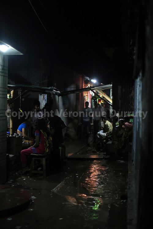 """With about 1800 girls, Daulotdia brothel is one of the biggest brothels in the world. The brothel is like a """"normal"""" town, in the streets the only dfference is that there are so much girls!// avec environ 1800 filles, le bordel de Daulotdia au Bangladesh est l un des plus grands bordels du monde. Quans on se promène dans ses rues, on croirait presque etre dans une ville normal, si ce n'est le nombre de filles présentes dans les rues..."""