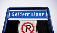GELDERMALSEN  - Bij het gemeentehuis van Geldermalsen wordt de schade gerepareerd, die is ontstaan nadat rellen uitbraken terwijl de raad bijeen was om een besluit te nemen over de komst van een azc.  Er zijn veel protesten tegen de komst van een mogelijke grote azc voor 1500 mensen op en industrie terrein in Geldermalsen zowel op social media en gewoon het oude spandoeken bij het gemeentehuis , Rellen breken uit bij het gemeentehuis van Geldermalsen, waar een vergadering is over de de komst van een asielzoekerscentrum. Rond het gemeentehuis heeft zich een menigte verzameld, en een aantal betogers vernielden hekken. De politie voerde daarna een charge uit. COPYRIGHT ROBIN UTRECHT