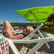 Medulin 2015 07 10 Kroatien<br /> Flicka som solar p&aring; strand beach utanf&ouml;r Medulin<br /> ----<br /> FOTO : JOACHIM NYWALL KOD 0708840825_1<br /> COPYRIGHT JOACHIM NYWALL<br /> <br /> ***BETALBILD***<br /> Redovisas till <br /> NYWALL MEDIA AB<br /> Strandgatan 30<br /> 461 31 Trollh&auml;ttan<br /> Prislista enl BLF , om inget annat avtalas.