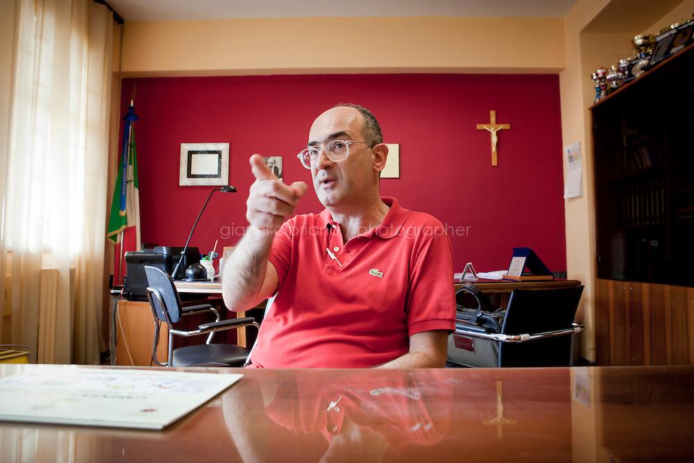 19 luglio 2010. Palermo. Domenico Di Fatta, preside dell&rsquo;Istituto Comprensivo Giovanni Falcone del quartiere ZEN di Palermo. contrasta la criminalit&agrave; e punta a educare e istruire i giovani senza compromessi e ammiccamenti.<br /> <br /> &copy;2010 Gianni Cipriano<br /> cell. +1 646 465 2168 (USA)<br /> cell. +39 328 567 7923<br /> gianni@giannicipriano.com<br /> www.giannicipriano.com
