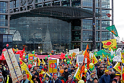 Rund 16 000 Teilnehmer nehmen Ende November an der bundesweiten so genanntemn Energiewende-Demonstration in Berlin teil. Aufgerufen hatte dazu ein Bündnis aus Umweltschutzorganisationen und Bürgerinitiativen. Im Anschluss an die Kundgebung wurde von den Teilnehmern das Kanzleramt umrundet.