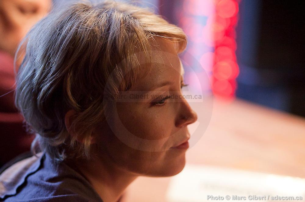Portrait d'Isabelle Blais de caiman Fu en direct lors de l'émission radiophonique Francophonie Express à  La Quincaillerie / Montreal / Canada / 2012-10-02, Photo © Marc Gibert / adecom.ca