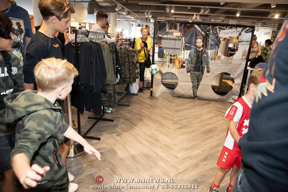 NLD/Haarlem/20190825 - Kledingpresentatie Daley Blind, Kinderen mogen in het doel van Daley Blind schieten