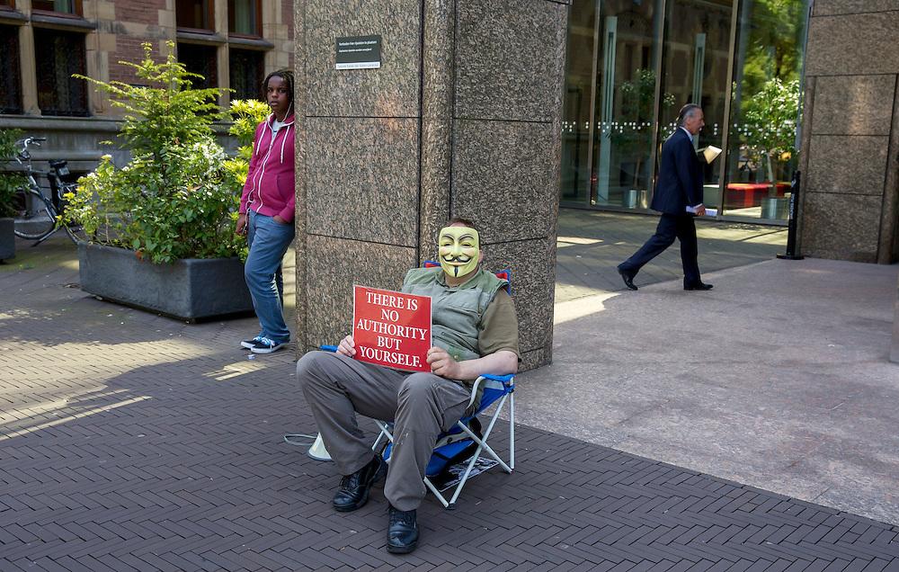 Den Haag, 6 juni 2013.<br /> Eenzame demonstrant voor het gebouw van de Tweede Kamer. &quot; There is no authority but yourself&quot;, democratie, politiek, parlement, autoriteit, overheid, rijksoverheid, protest, protestor, demonstratie, autonoom, parlement<br /> ANP MARTIJN BEEKMAN