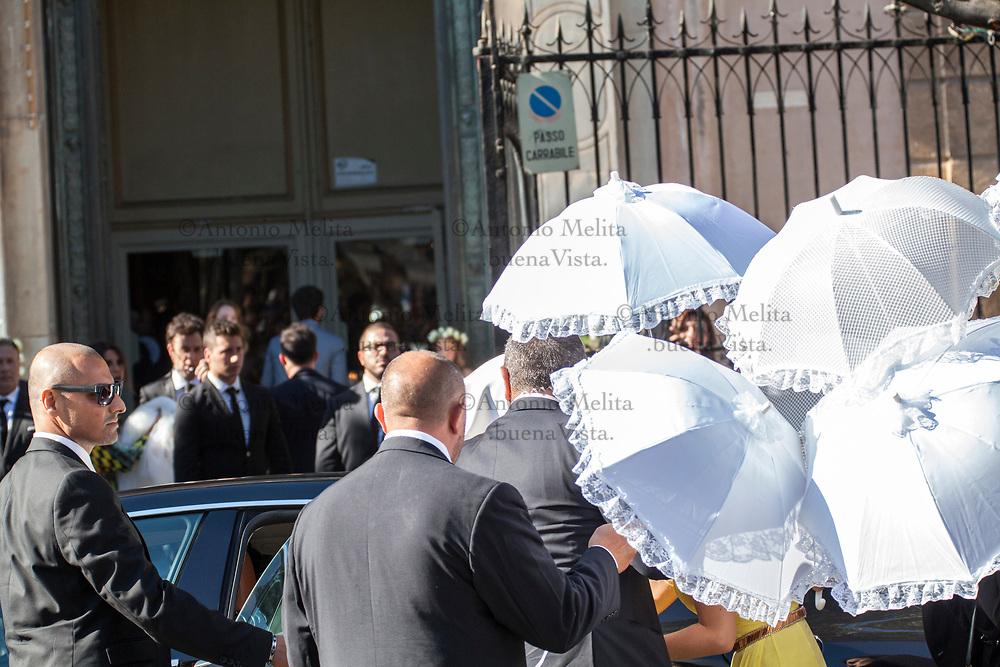 L'arrivo dell'ex Miss Palermo 2010, Giorgia Duro coperta da ombrelli bianchi.