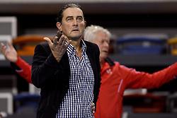 18-10-2014 NED: Draisma Dynamo - Prins/VCV, Apeldoorn<br /> VCV verslaat Dynamo met 3-2 / Ivo Martinovic snapt niets van de beslissing van de scheidsrechter