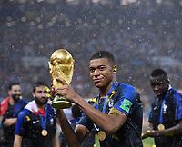 FUSSBALL  WM 2018  FINALE  ------- Frankreich - Kroatien    15.07.2018 JUBEL Weltmeister Frankreich; Kylian Mbappe mit dem WM Pokal