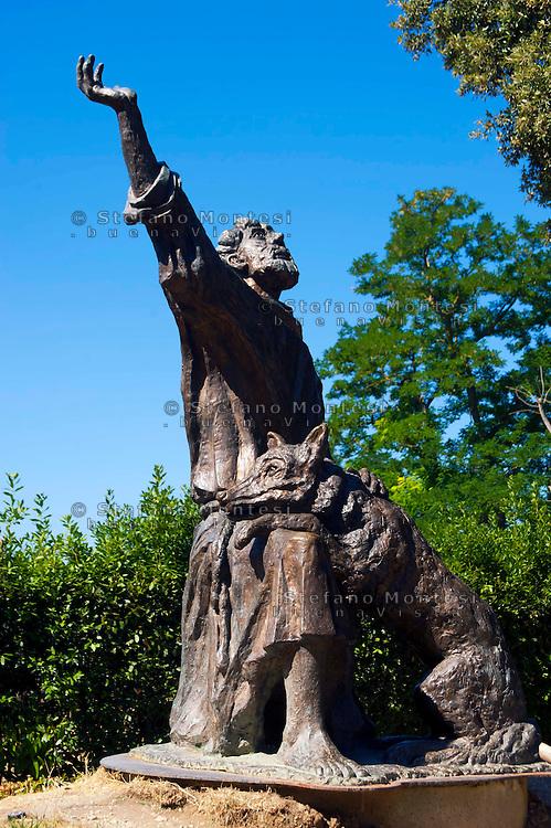 Gubbio, La statua  di San Francesco e il lupo davanti alla chiesa di San Francesco