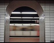 """Wenn die Hamburger U-Bahn U3 kurz hinter dem Rathaus aus ihrem dunklen Tunnel auftaucht, wird der Blick frei für die bekanntesten Touristenattraktionen der Stadt. Auf der historischen Stahlkonstruktion fahren die Züge über Straßen und Fleete am Michel, der Speicherstadt, dem Hafen und den Landungsbrücken vorbei. Die Strecke am Hafen ist Teil der ersten Hamburger U-Bahn-Linie rund um die Alster. Vor 100 Jahren wurde der """"Barmbeker Ring"""" eröffnet - für Hamburg-Fans die schönste U-Bahn-Strecke Europas....Die Ringlinie wurde zwischen 1906 und 1912 gebaut, hatte damals bereits eine Länge von 28 Kilometer Strecke und bediente 23 Haltestellen..Die Linie U3 der Hamburger U-Bahn führt als Ringlinie durch das Zentrum der Stadt. Der Fahrbetrieb findet in beiden Richtungen des Rings statt, also sowohl von Wandsbek-Gartenstadt über Barmbek und den Ring wieder nach Barmbek als auch in die Gegenrichtung."""