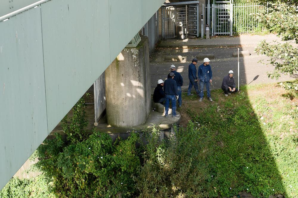 Nederland, Maastricht, 20110916.De Werknemers van Sappi houden pauze onder de spoorbrug over de Maas in Maastricht.