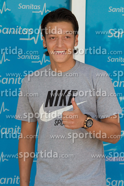 18.08.2010, Madrid, ESP, Real Madrid, Neuzugang Mesut Otzil, im Bild German player Mesut Ozil leaves clinic after medical tests before signing contract as new Real Madrid player. EXPA Pictures © 2010, PhotoCredit: EXPA/ Alterphotos/ Alex Cid-Fuentes +++++ ATTENTION - OUT OF SPAIN +++++. / SPORTIDA PHOTO AGENCY