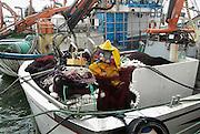 Spanje, Barbate, 9-5-2010Een visser repareert zijn netten in de haven. Spanje heeft de grootste vissersvloot van europa.Foto: Flip Franssen