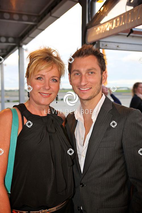 KATWIJK - Op vliegbasis Valkenburg hield Soldaat van Oranje een tweede premiere ter gelegenheid van een nieuwe Cast.  Met op de foto Inge Ipenburg en een vriend. FOTO LEVIN DEN BOER - PERSFOTO.NU