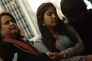 Imelda Valenzuela Gonzalez (izquierda) se aprieta las manos con sus hijas e hijo antes de acudir a una audiencia en la Corte de Inmigracion de Denver, Colorado, April 04, 2013 Valenzuela con 14 anos de residencia en EEUU y madre de tres deberá acudir a audiencia por proceso de deportacion.  Segun organizaciones pro-derechos de los inmigrantes, se encuentra procesada despues de que un supuesto notario, actualmente profugo de la justicia, le defraudara tras haberle prometido asistencia en la obtencion de un permiso de trabajo.  Valenzuela Gonzalez fue citada a otra audiencia para el mes de diciembre, por lo que su estatus queda en suspenso.. Graham Hunt/Imagenes Libres.
