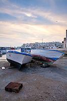 Piccole barche da pesca in secca in una delle darsene di Gallipoli (LE)