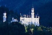 Bayern, Allgäu, Schwangau, Schloss Neuschwanstein,  Schloss bei Dämmerung..|..Bavaria, Allgau, Neuschwanstein Castle, castle at dusk