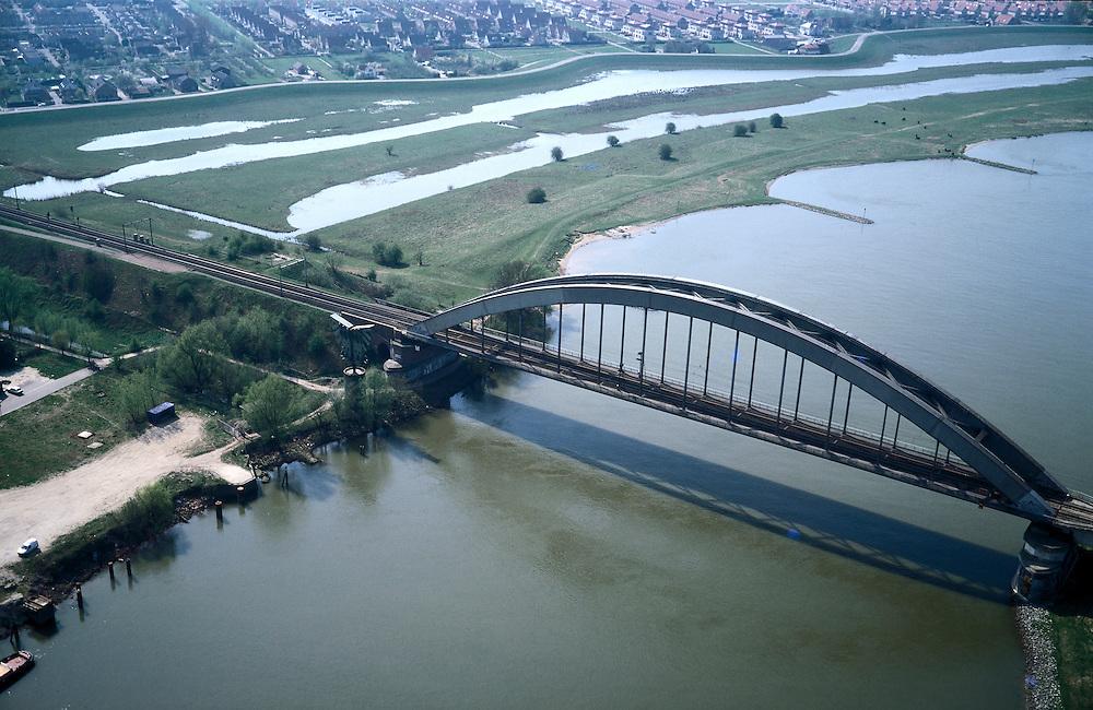 Nederland, Gelderland, Culemborg, 04-04-2002; spoorbrug Culemborg over rivier de Lek, de aangeslibte uiterwaarden van de Baarsemerwaard (rechtsboven) zijn uitgegraven on bij hoogwater te kunnen overstromen; de uiterwaard is ook (nieuw) natuurgebied; natuurbeheer, infrastructuur, landschap;.deel van de serie Panorama Nederland .luchtfoto (toeslag); aerial photo (additional fee required); .foto Siebe Swart / photo Siebe Swart