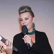 NLD/Bergen/20131114 - Boekpresentatie Saskia Noort - Debet, Saskia Noort met het eerste boek