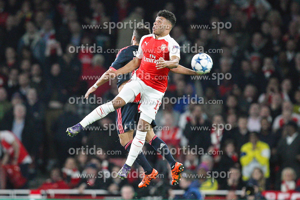 20.10.2015, Emirates Stadium, London, ENG, UEFA CL, FC Arsenal vs FC Bayern Muenchen, Gruppe F, im Bild l-r: Juan Bernat #18 (FC Bayern Muenchen) und Alex Oxlade-Chamberlain #15 (FC Arsenal London) // during UEFA Champions League group F match between Arsenal FC and FC Bayern Munich at the Emirates Stadium in London, Great Britain on 2015/10/20. EXPA Pictures &copy; 2015, PhotoCredit: EXPA/ Eibner-Pressefoto/ Kolbert<br /> <br /> *****ATTENTION - OUT of GER*****